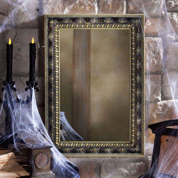 красивое старинное зеркало, которое, вероятно, видело смерть