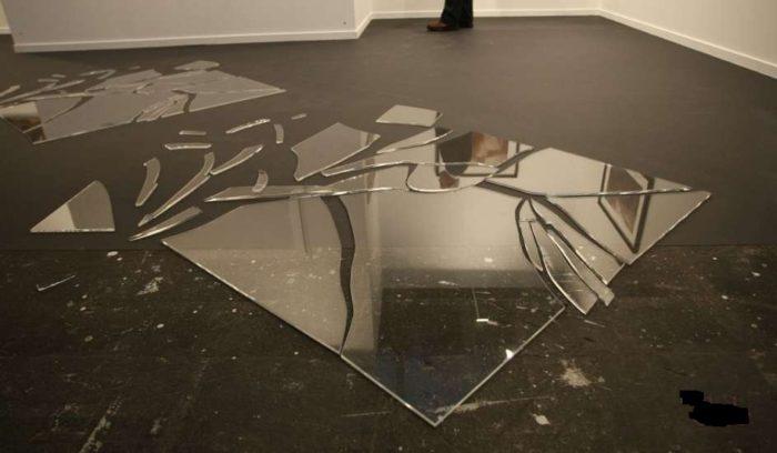 офисное зеркало разбилось и дежит на полу