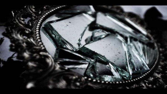 небольшое зеркальце разбилось и осколки лежат в оправе