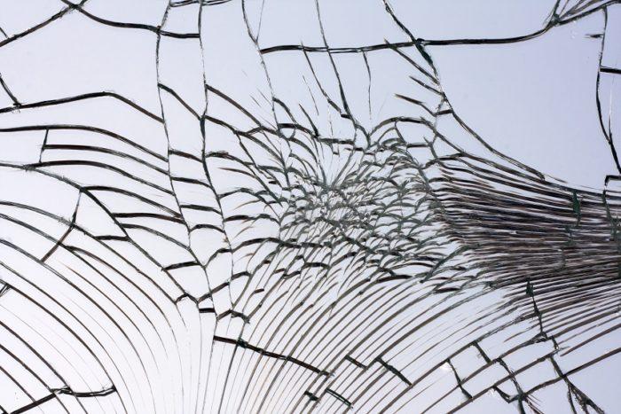 много трещин на поверхности зеркала