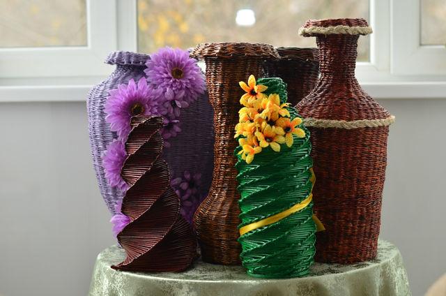 Красивые вазы из газетных трубочек