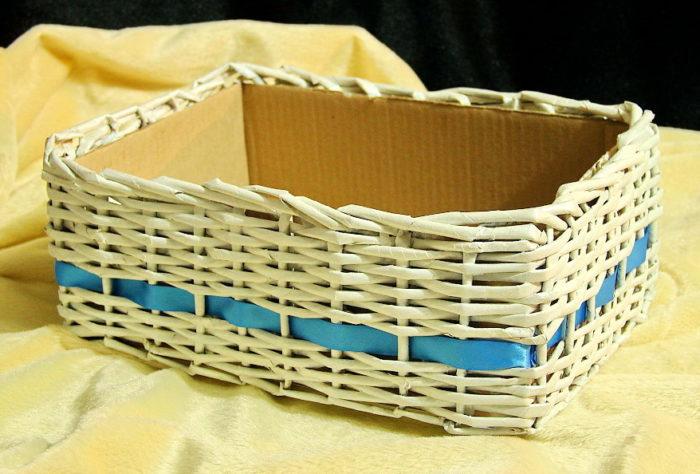 Коробочки для полезных вещей из газетных трубочек