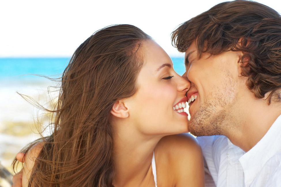 Стройные мужчина целует девушку в грудь азиатский